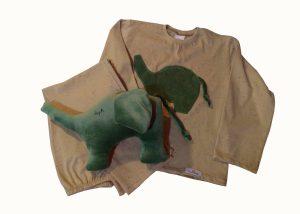 pijama bege com aplicação de elefante verde e naninha elefante verde combinando.