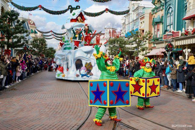 Disney's Christmas Parade at Disneyland Paris - Fun in the Snow