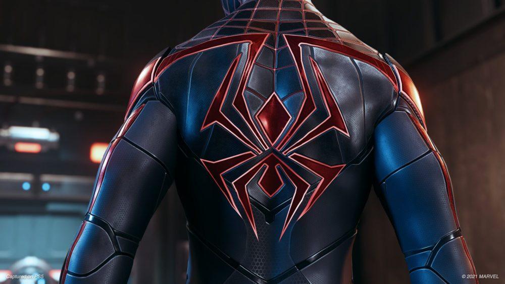 La espalda del traje de tecnología avanzada en Spider-Man Mile Morales
