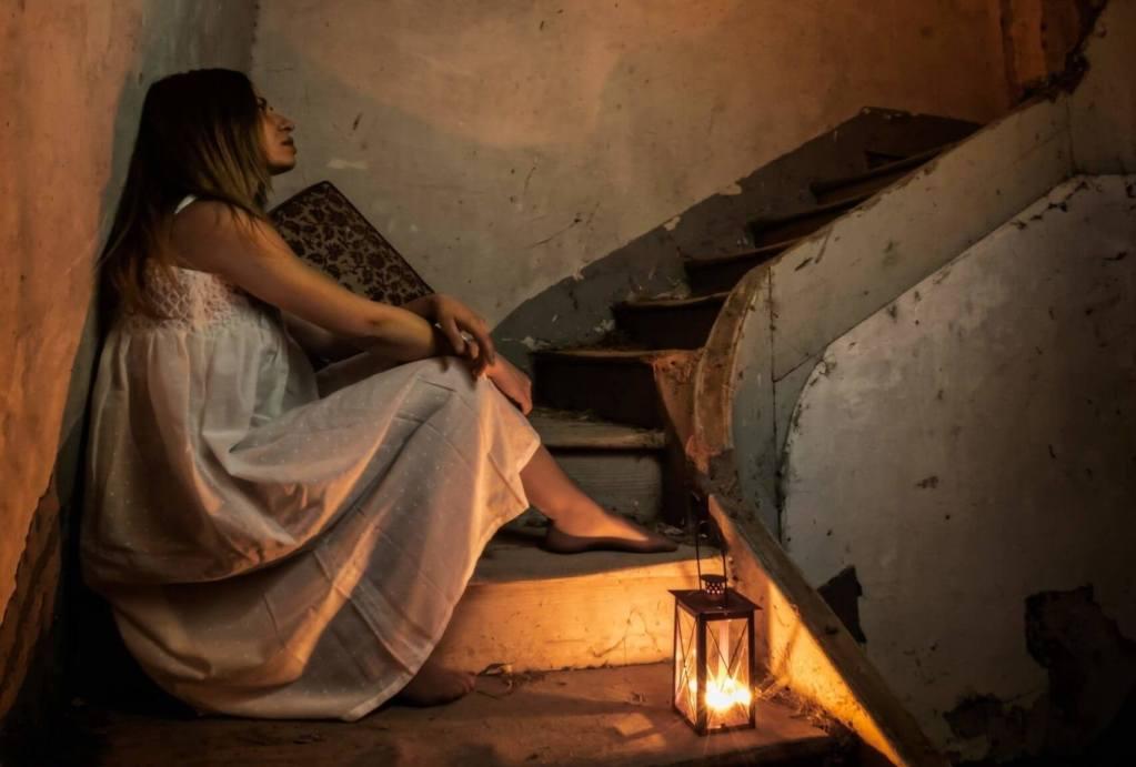 Sola en la Oscuridad fotografía David Montero Dest