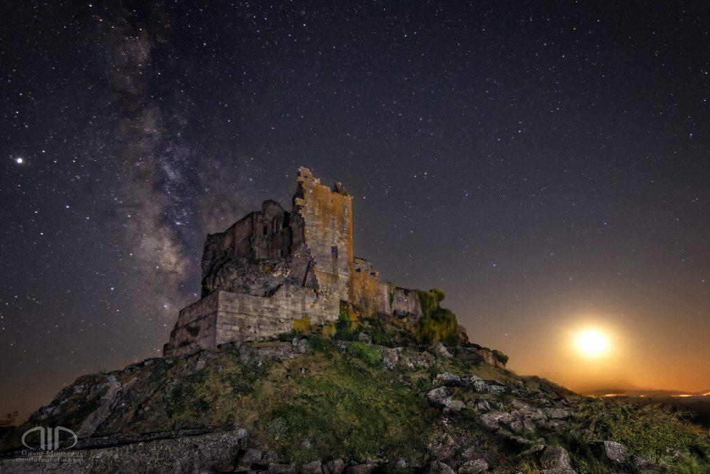 Señor de las estrellas y guardían de la luna, Castillo de Trevejo - DMD Fotografía vía láctea