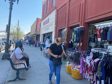 Las restricciones por la pandemia de covid-19 han interrumpido el flujo de residentes de Ciudad Juárez, México, que cruzan la frontera para realizar compras y visitar lugares en El Paso, Texas.