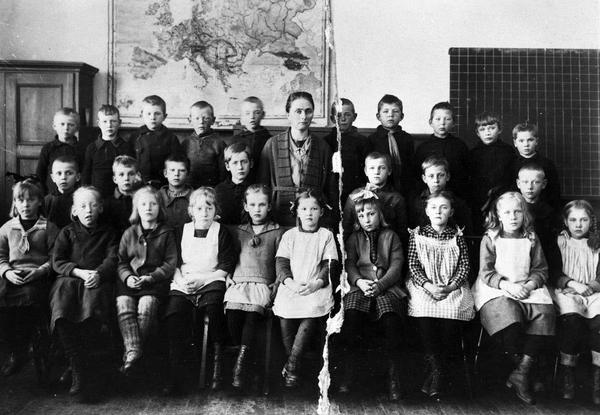 Sagdalen Skole Elever Med Lærerinne Fru Holm Lengst Til
