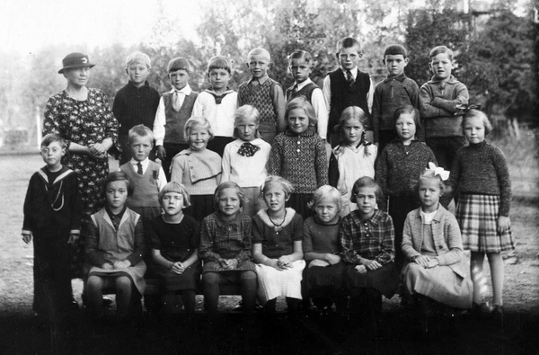 Sagdalen Skole 1935 Lærere Og Elever Oppstilt Ute I Annen