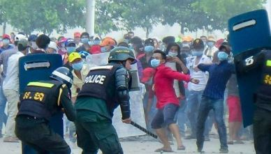 protesters_throw_rocks_in_bavet_22_12_2015_supplied_0
