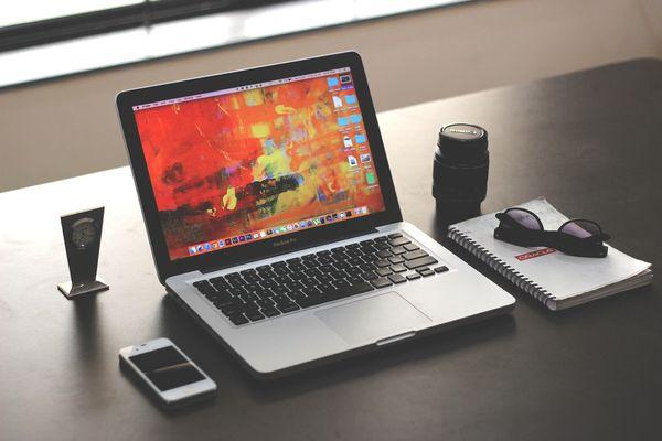 Кестедегі ноутбук