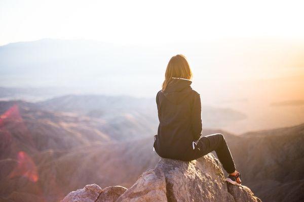 دختر در بالای کوه