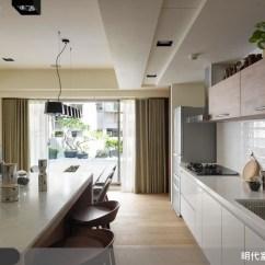 Patio Kitchen Upper Cabinets With Glass Doors 超完美黃金比例打造夢寐以求大露台 設計家searchome 公共區域緊鄰露台 為了讓美好景緻不被遮蔽 明代設計將公共空間規劃為開放式 客廳一字型的沙發設計 平行的餐廳區與廚房 都讓空間動線流暢 亦保有朗闊明亮的視覺
