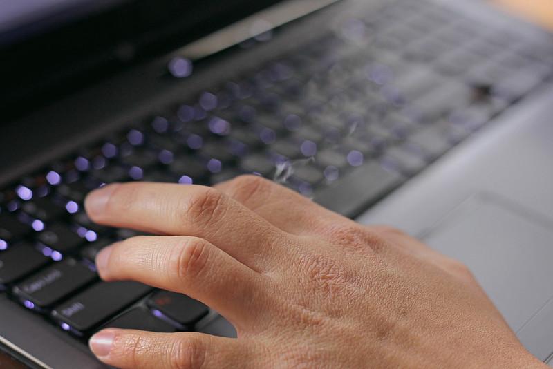 パソコン操作中の手とキーボード