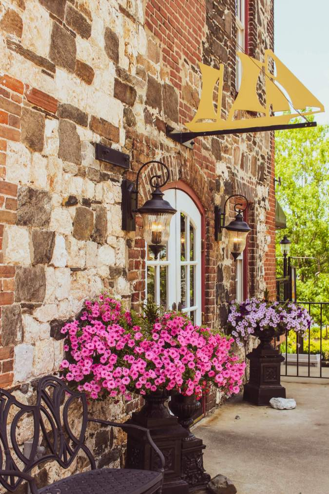 Live oak trees with spanish moss, cobblestone streets, carriage rides, and ghost tours are just a few of the things this charming coastal town has to offer | Savannah | Savannah Georgia | Things to Do in Savannah Georgia | What to do in Savannah Georgia | Top 10 Things to Do in Savannah Georgia | Savannah GA #savannah #savannahgeorgia #thingstodo #riverstreet #georgia #savannahga #tybeeisland #tybee #coastalgeorgia #georgiacoast #vacation #travel #trip #springbreak #summer #traveltips #beach