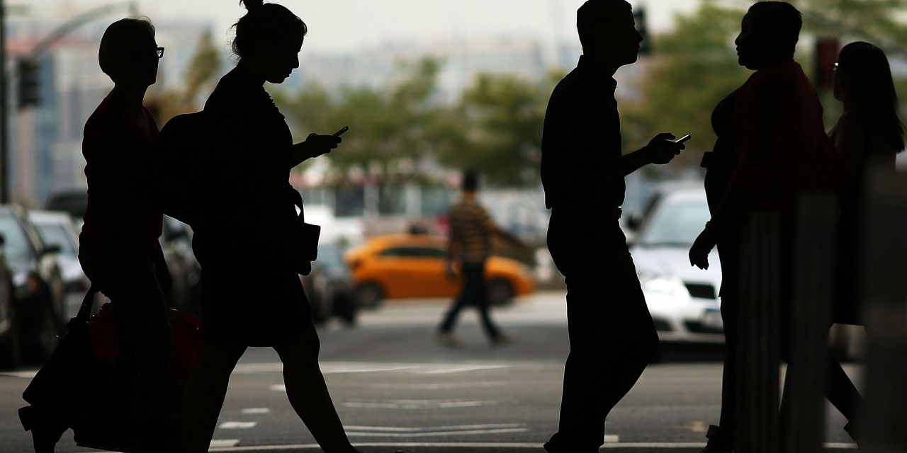 DD 072 Torito por cruzar la calle usando el celular