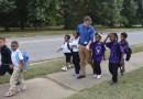 Nauczyciele codziennie odprowadzają grupę 200 dzieci ze szkoły do domu