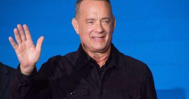 """Tom Hanks śpiewa """"Sto lat"""" po polsku. Po raz kolejny dziękuje za malucha"""
