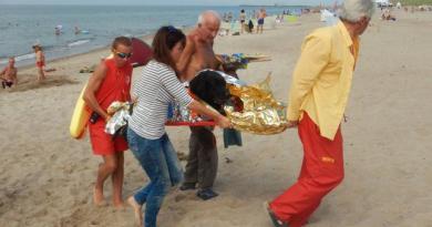 Labrador dostał zawału na plaży. WOPR uratował zwierzę