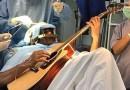 Grał na gitarze, kiedy operowali mu mózg