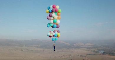 Przymocował do krzesła ogrodowego balony i przeleciał 25 km nad Afryką