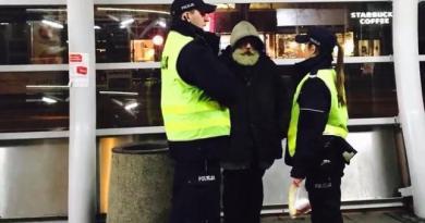 Warszawiak zrobił zdjęcia bezdomnego z policją. Godne podziwu zachowanie funkcjonariuszki