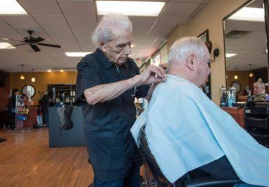 Ma 107 lat i oficjalny tytuł najstarszego fryzjera na świecie. Robi to od ponad 90 lat i wciąż ma stałych klientów