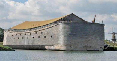 """Holender zbudował replikę """"Arki Noego"""", drewniane detale wewnątrz statku robią ogromne wrażenie"""