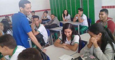 Uczniowie dowiedzieli się, że nauczyciel nie dostaje wypłaty i śpi w szkole. Zrobili mu niespodziankę