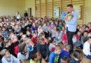 Tom Justyniarski jeździ po Polsce i uczy dzieci miłości do zwierząt. Dlaczego to takie ważne?