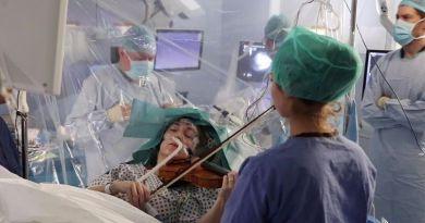 Niezwykła operacja! Pacjentka grała na  skrzypcach Gershwina i Mahlera w czasie usuwania guza mózgu