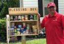 Mężczyzna buduje spiżarnię dla potrzebujących na własnym trawniku przed domem. Pozostali mieszkańcy podążają jego śladem
