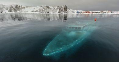 Opuszczona łódź zatopiona pod lodowatymi wodami Antarktydy