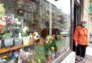 Pani Helena ma 87 lat i prowadzi kwiaciarnię, nie chce czuć się samotna
