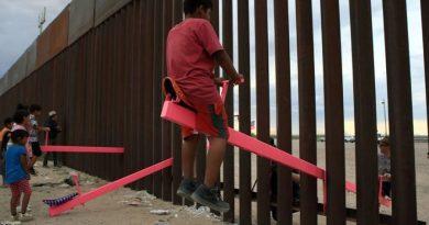 Projekt różowych huśtawek na granicy USA i Meksyku otrzymał nagrodę
