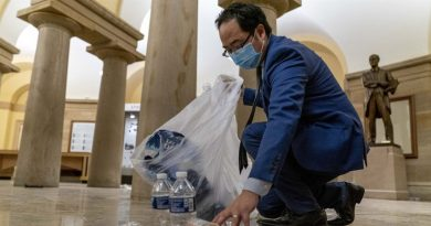 Kongresmen w samotności, po cichu, zbierał śmieci w Kapitolu