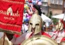 Spartańscy wojownicy biegają i pomagają dzieciom