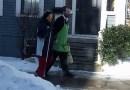 Skromny sprzedawca codziennie pomaga niewidomej klientce wrócić do domu