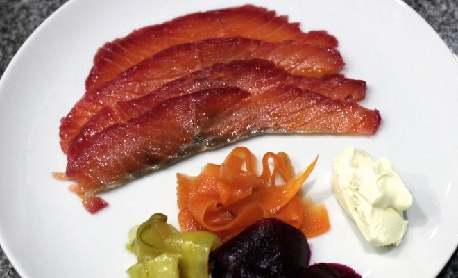 Betterave et saumon fumé à l'épicéa.