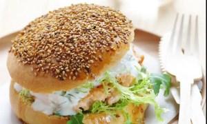 Hamburger de saumon, sauce yaourt a l'aneth