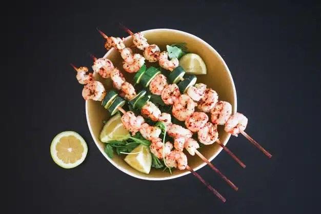 Brochettes de crevettes et de courgettes