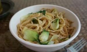 La recette express des nouilles sautées au chou pak choy