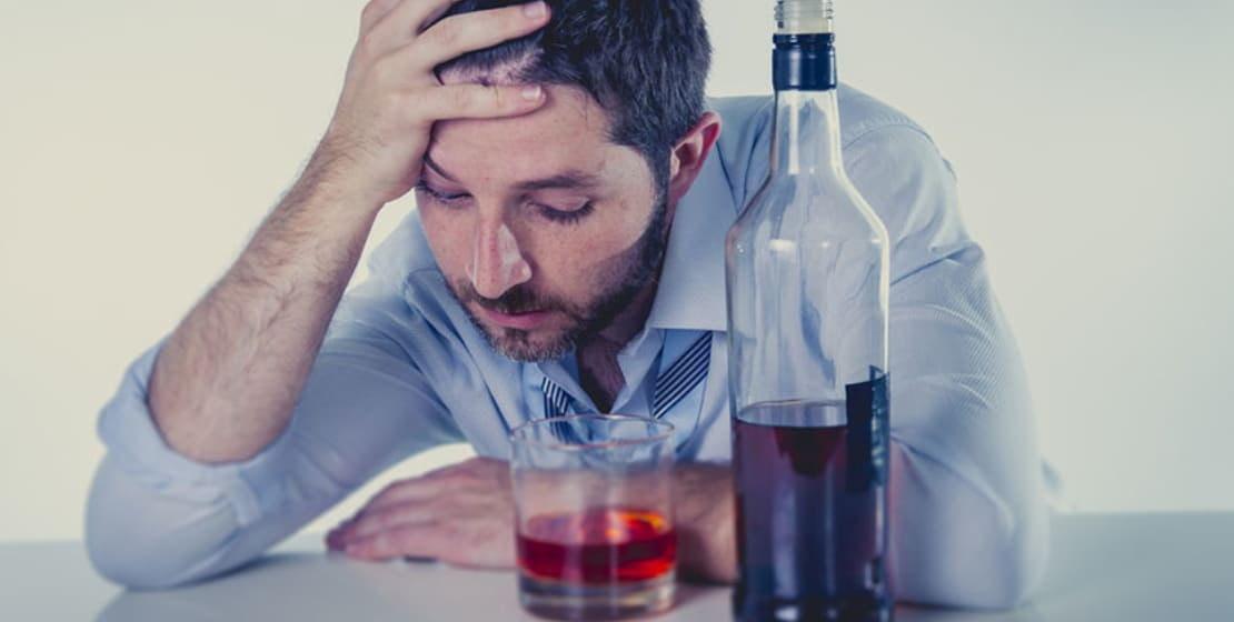 男はアルコールを飲みます