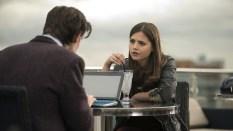 El Doctor y Clara charlan.
