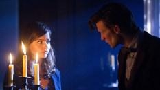 El Doctor y Clara, iluminados por velas.