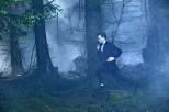 El Doctor corre por el bosque.