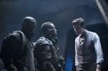 El Doctor negocia con los Van Haleen.