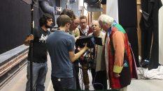 Los actores y el equipo revisan la escena.
