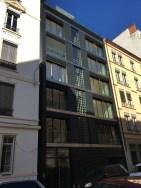 IMMEUBLE rue Sully - Lyon - façade avec panneaux photovoltaiques pour l'ascenseur