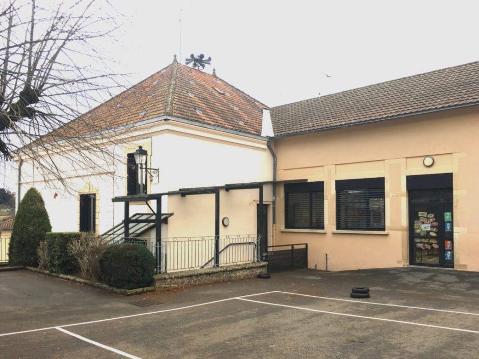 vue arrière de la mairie et de l'école