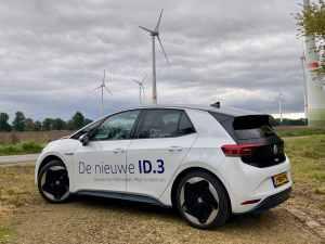 Volkswagen ID.3 bij windmolen