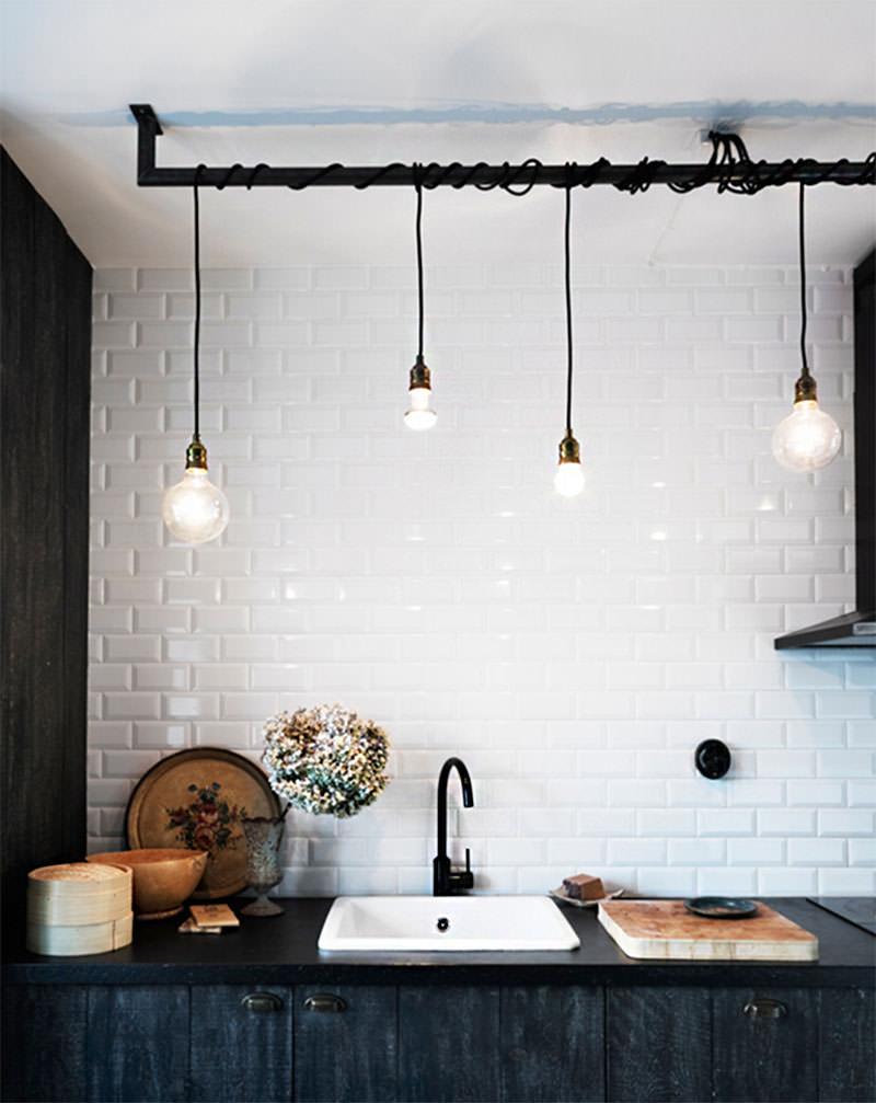 Iluminação do tipo cascata em cima da bancada da pia da cozinha