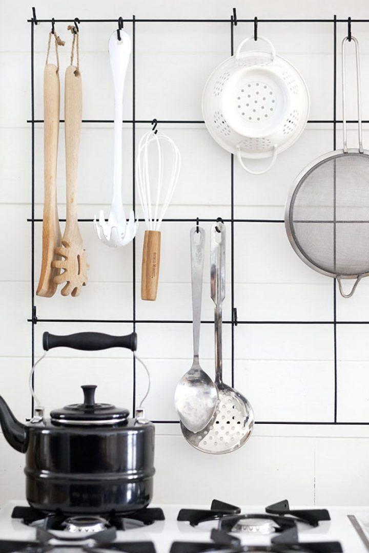 Grades de metal como organizador de objetos na cozinha