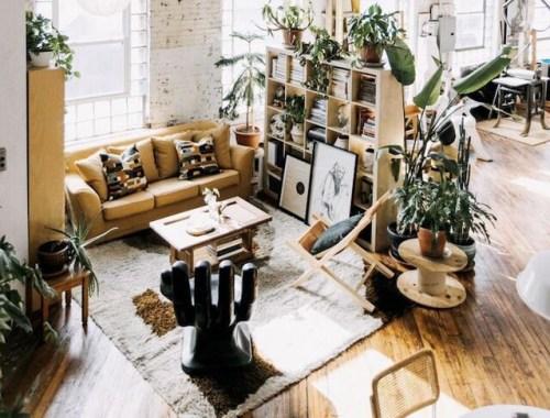 Ambiente com decoração industrial e plantas