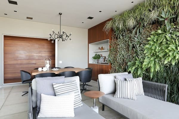 Ambiente com jardim vertical